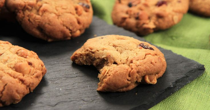 Klassiska amerikanska cookies smaksatta med tranbär, hasselnötter och rostat havre. Ljuvligt gott till kaffet eller att doppa i mjölkglaset!