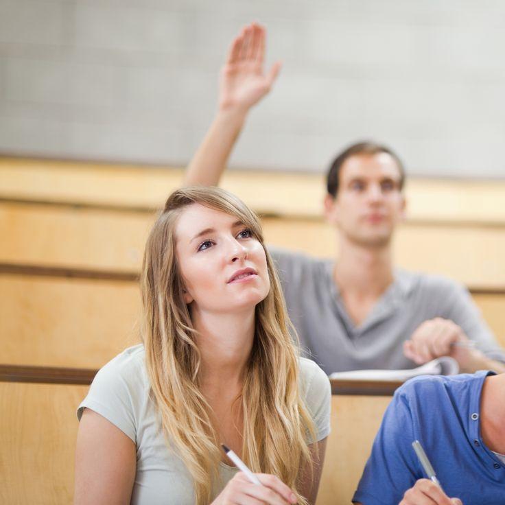 """Wiele osób, które idą na studia, ma problem z tym, jak zwracać się do wykładowców. Ogólnie do wykładowców powinniśmy zwracać się używając ich tytułu naukowego, czyli odpowiednio """"Panie Profesorze"""" czy """"Panie Doktorze"""". Do osób, które mają tytuł magistra zwracamy się formą grzecznościową - """"Proszę Pana/Pani"""". Dodatkowo do Rektora czy Dziekana powinniśmy mówić z użyciem pełnionej przez nich funkcji, czyli """"Panie Rektorze"""", """"Panie Dziekanie""""."""