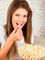 Healthy snack: popcorn  Zonder boter, suiker of andere toevoegingen is gepofte maïs supergezond.  Zo maak je popcorn Doe wat maïskorrels in een dichte pan, pof ze op 200ºC in de oven en genieten maar!  Popcorn... - zit vol vitamine B en E. - bevat meer eiwitten dan granen. - bevat meer ijzer dan spinazie. - is een goede bron van vezels.