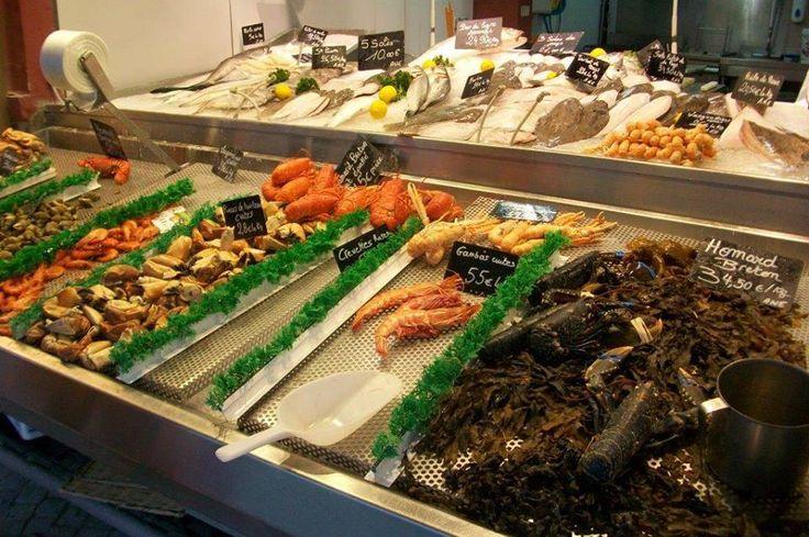 Şehrin en canlı bölgesi sahil kıyısında sıralanan dükkanları, önünde hemen taze balık ve deniz kabuklularını şarap ile tadacağınız küçük balıkçıların olduğu kısım... Daha fazla bilgi ve fotoğraf için; http://www.geziyorum.net/trouville/