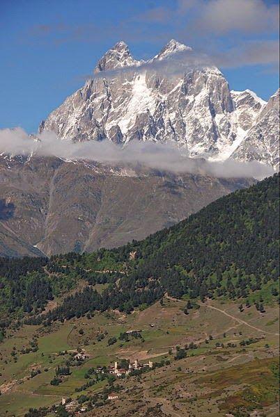 """Ushba é um dos picos mais notáveis das Montanhas do Cáucaso. Ele está localizado na região de Svaneti na Geórgia, ao sul da fronteira com a região de Kabardino-Balkaria na Rússia. Apesar de não se classificar como os 10 picos mais altos da escala, Ushba é conhecido como o """"Matterhorn do Cáucaso"""", pela sua , em forma pitoresca de espiral dupla cúpula. Devido ao seu perfil íngreme e tempo instável [carece de fontes], Ushba é considerado por muitos escaladores como a subida mais difícil do…"""