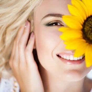 Hautverjüngung!  Durch zuviel Sonne und auch andere Faktoren verliert unsere Haut an Spannkraft und Elastizität...