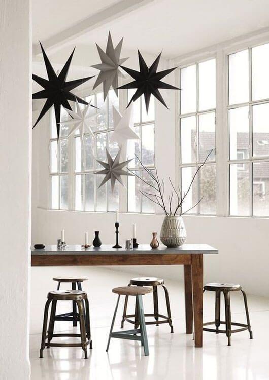 Häng upp flera julstjärnor i ett rum #juldekoration