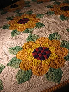 Sunflowers -- wonderful quilting!Quilting Patterns, Quilt Design, Quilt Ideas, Beautiful Quilt, Machine Quilting, Sunflowers Quilt, Table Runners, Quilt Pattern, Feathers Friends