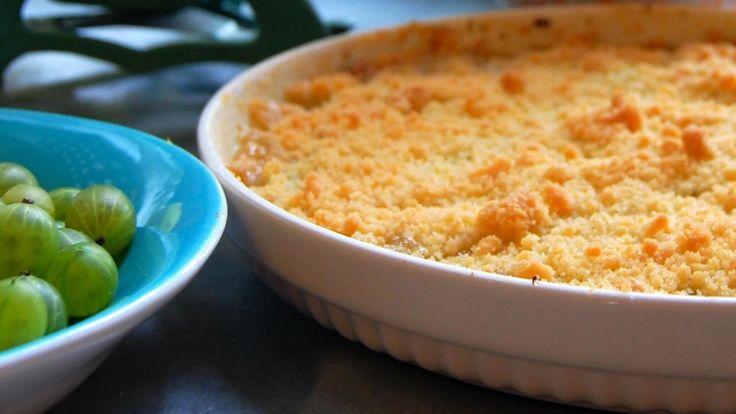 Klipp av den lille dusken på stikkelsbærene, og bland bærene med sukker og sitronskall. De blir til en søt og sur pai med frisk smak. Oppskrift er fra TV-serien Hygge i Strömsö.