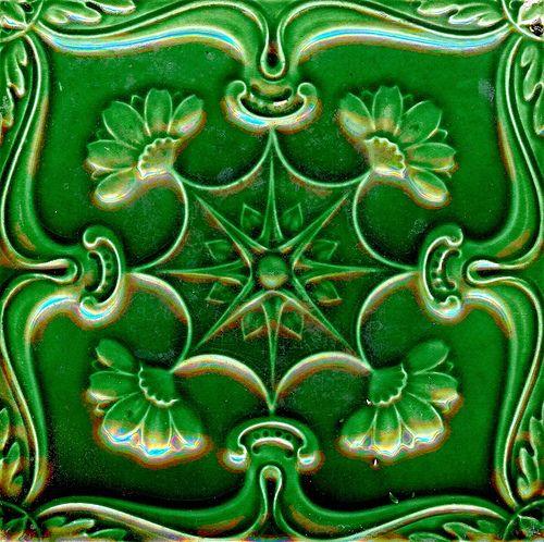 Azulejo produzido na Fábrica de Loiça de Sacavém. Finais do século XIX, início do século XX.