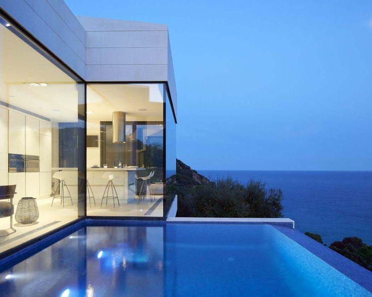 Petite piscine à débordement visant à faire le lien entre la résidence et la vue sur la mer