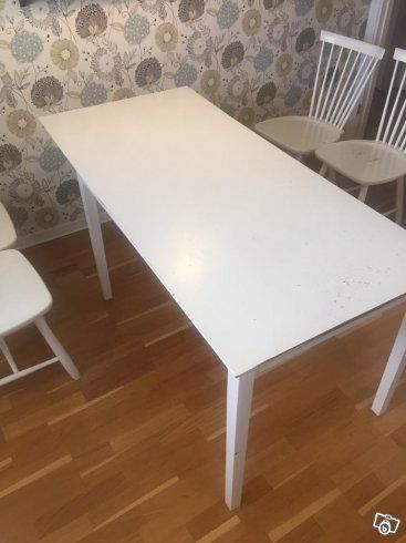 Vitt köksbord 120x75 cm + klaff 40 cm. Köpt på Norrmalms möbler i Vasastan, nypris 3500kr. Skivan är sliten så behöver nog målas om alt ha en fin duk :) Snyggt, stilrent bord!