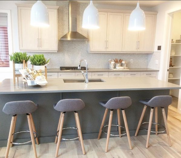 This magnific contemporay kitchen features our Persia light Hickory hardwood floor. This beautiful floor from our Émira series features our Pure Genius air-purifying technology. Photos taken in on of Homes by Avi show home, decorated by Show Home Girls. #artfromnature