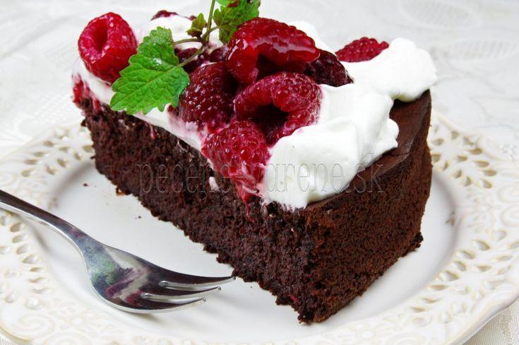 Krásna, šťavnatá ovocná torta na každú príležitosť Suroviny korpus vajcia 4 ks kryšt.cukor 120 g mlieko 2 PL polohrubá múka 120 g kakao 20 g prášok do pečiva 2 káv.lyžičky Plnka tvaroh jemný 500 g smotana šlahačková 1ks želatínový stužovač dr. Oetker 1 ks vanilkový cukor 4 káv.lyžičky jahody a rôzne ľubovoľné ovocie várová čokoláda Postup Celé vajíčka chvíľu šľaháme