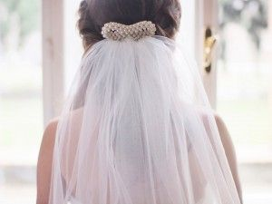 Bridal pearl bow for Minimalism lovers.