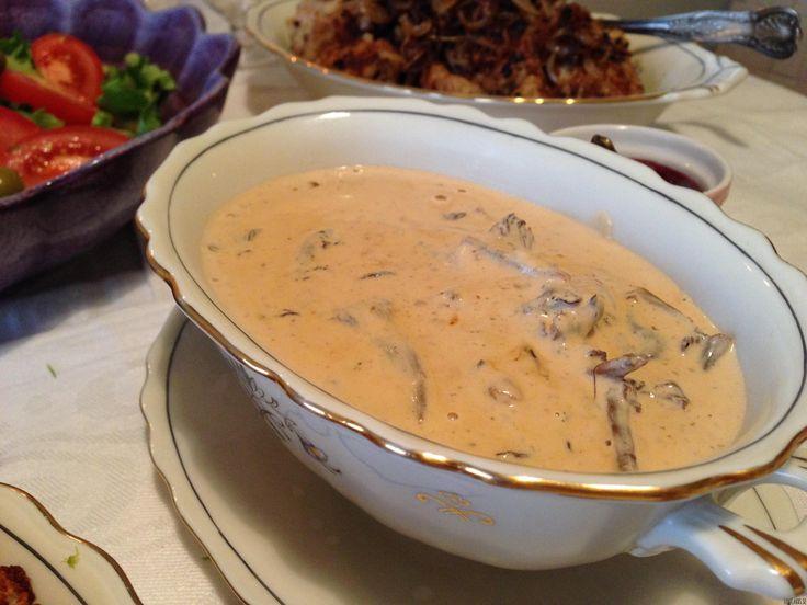 Det är så underbart att äta svampsås. Så härlig höstkänsla. Denna sås blir extra krämig tack vare färskosten. Glöm redningar, det behövs verkligen inte! Så snabb och enkel sås. Sås till cirka fyra personer: 200 g färskost (cream cheese) 2 dl grädde En skvätt soya (glutenfri) Salt/herbamare, peppar några stänk stark paprikapulver 2 dl trattkantareller/gula kantraller eller annan valfri svamp Gör såsen så här: Om du stekt kött/köttbullar eller liknande använd samma panna så får d...