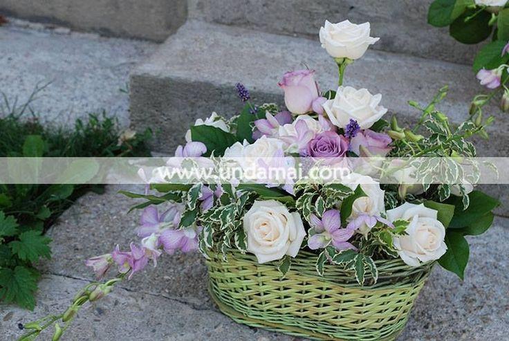 Aranjament floral cu trandafiri albi si mov si orhidee