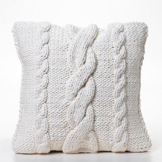 A charmosa almofada France é confeccionada em tricô na cor cru. Ideal para compor com demais almofadas de cores neutras ou coloridas no sofá ou poltrona do seu living. #Almofada #LojaSoulHome