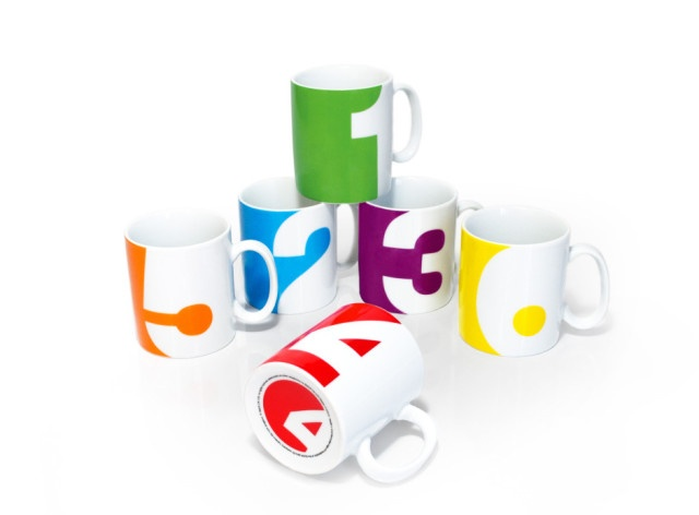 Number Mugs. Ognuna delle tazze del set Number Mugs realizzate da Suck UK ha un numero differente abbinato a un colore dell'arcobaleno. Ideale per famiglie numerose, per team di lavoro o semplicemente per bere dal proprio numero fortunato. In vendita sullo store Suck UK. Via tiragraffi.it