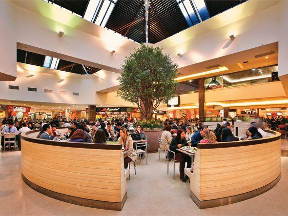 Praça de alimentação em shopping de São Paulo: pesquisa indica que a alimentação fora do lar chega a movimentar R$ 9 bilhões anualmente