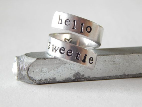 Magnifique bague spirale en aluminium étampée à la main avec les mots Hello Sweetie    Si vous le désirez, il est aussi possible de rendre