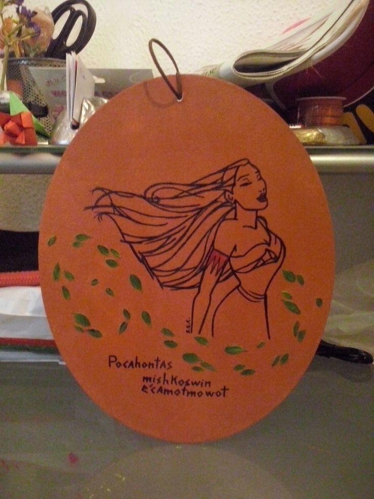 """Del gran artista Glen Keane: Cuadro de Pocahontas, hecho con acrilicos, tinta y hojas prensadas. En lengua potawatomi se lee el nombre de esta princesa Disney junto con """"fuerza"""" y """"santuario"""", mi firma la he puesto como siempre pues las tribus nativas americanas  escribian mediante pictogramas y me ha sido imposible encontrar algo de este tipo."""