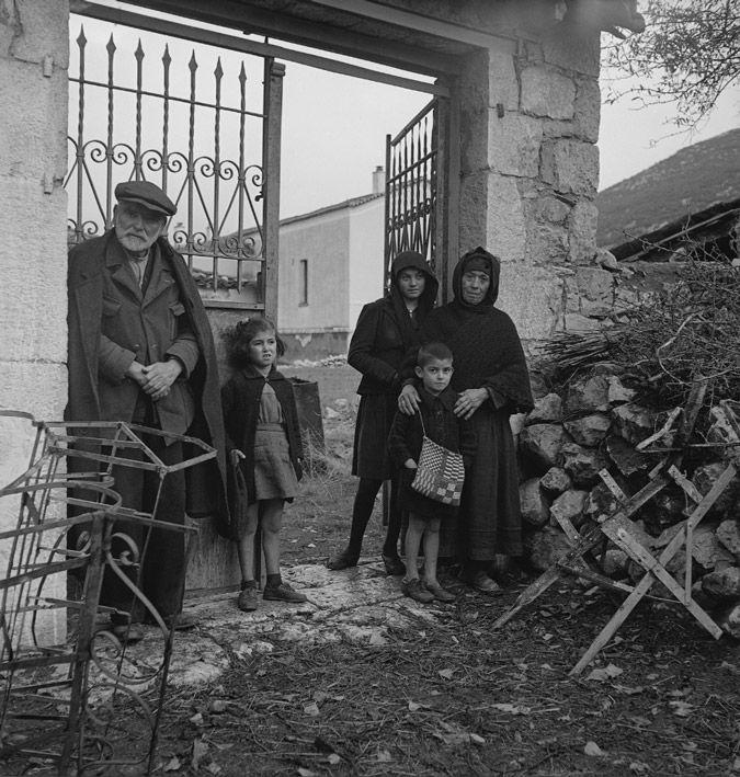Ο μικρός Αργύρης Σφουντούρης μπροστά από την πόρτα του σπιτιού του. 10 Ιουνίου του 1944: Από τη νύχτα εκείνη, το Δίστομο έπρεπε να μάθει να ζει με τον πόνο. Για το χωριό που βίωσε μία από τις πιο φρικαλέες σφαγές στην παγκόσμια ιστορία. Οι Διστομίτες έπρεπε να ζήσουν με την οργή, το μίσος, την αδικία να τους πνίγει. Οι εικόνες των σφαγιασθέντων αγαπημένων τους προσώπων θα τους στοίχειωναν. Οι επιζώντες γλίτωσαν από το θάνατο, αλλά έμαθαν να ζουν μαζί του..