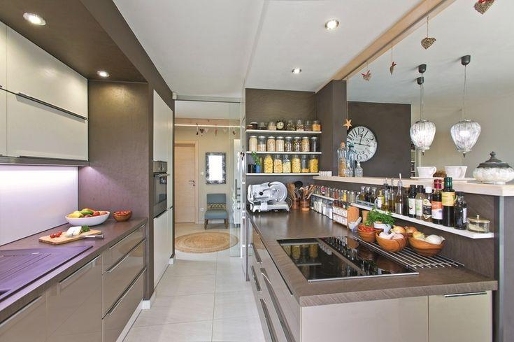Za vyvýšeným pultom sa skrýva  gastronomické kráľovstvo. Práve  túto časť kuchyne domáci využívajú  na varenie. Poruke tu majú všetko, čo  potrebujú.