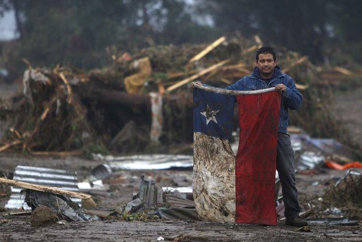 Esta estoica imagen nos inspiró en un momento difícil. Cuánto puede emocionarnos una foto!  Terremoto 8.8, 2010, Chile.