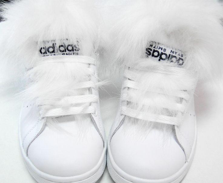 Stan Smith con pelliccia per un caldo total white look! \\ Stan Smith + white fur for a wintry total white look! \\ #stansmith #custom #fur #sneakers