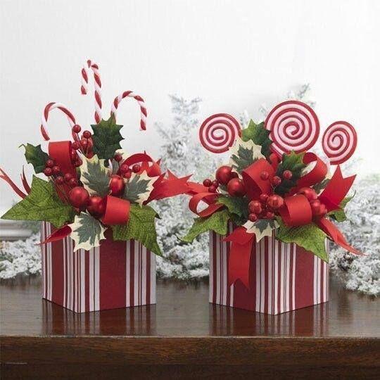 decoración con cajas cintas muérdagos y dulces
