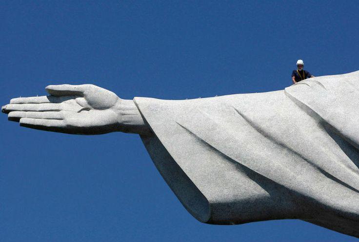 La estatua del Cristo Redentor fue inspeccionada tras los daños ocasionados por una tomenta eléctrica en Río de Janeiro. (Reuters)