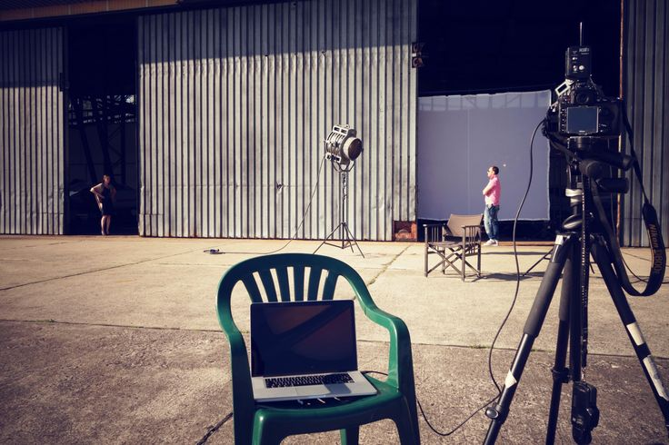 Sesja trwa...  Modelka, fotograf i komputer w pełnej gotowości #Backstage #QSQ #Photo #Photography #digital