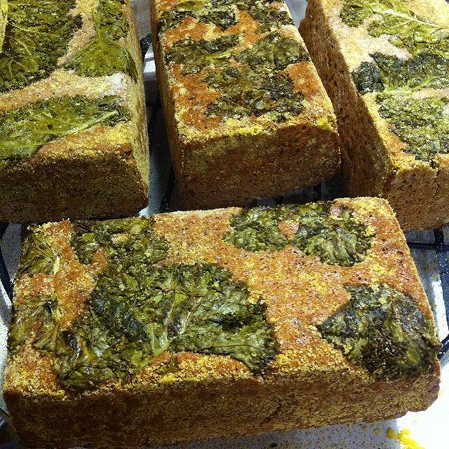 Sourdough emmer bread baked on curly kale #bread #sourdough #sourdoughbread #curlykale #chlebstory #chleb #jarmuż #artbread #pieczywo #slowfood #zdrowejedzenie #healthyfood #grain #emmer #płaskurka