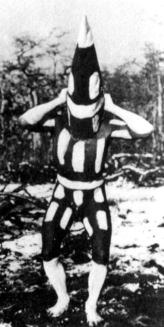 este es uno de los espiritus de la ceremonia del Hain ..o ceremonia de iniciacion para los mas jovenes de los selk´nam etnia de la patagonia que vivio por miles de años en Tierra del fuego y fueron extinguidos en menos de 20 años!!