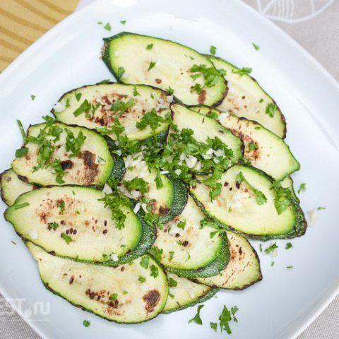 """Кабачки на гриле, спросите вы? Не пугайтесь при виде слова """"гриль"""" - это всего лишь один из способов приготовить овощи илимясо"""