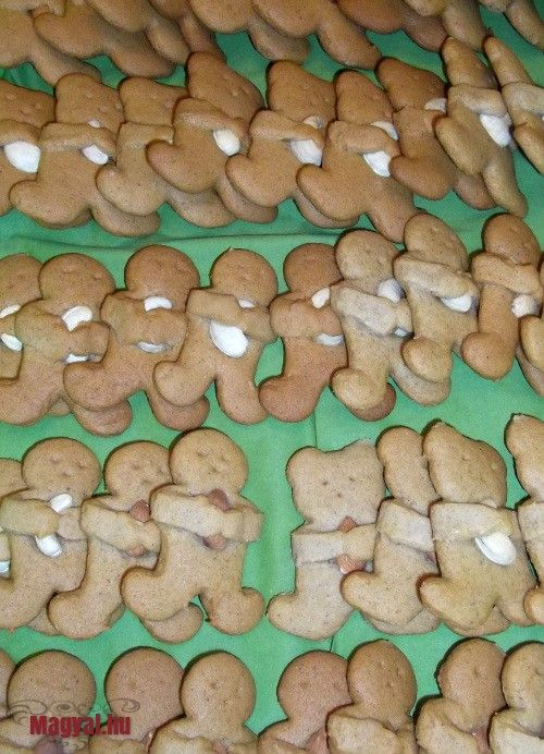 Mézeskalács - A karácsonynak elmaradhatatlan kelléke a mézeskalács. Nyár közepén az Interneten bolyongva láttam meg a macis süteményeket a kezükben mandulával, dióval.