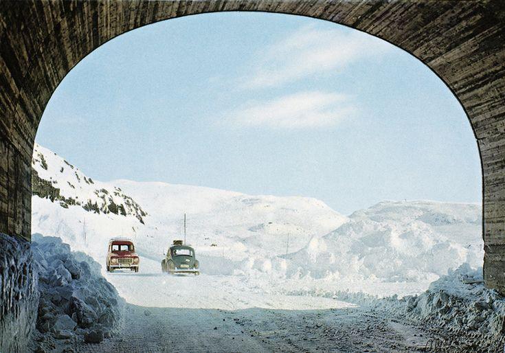 Una strada tra le montagne dell'Haukelifjell negli anni Sessanta (Nasjonalbiblioteket/National Library of Norway)