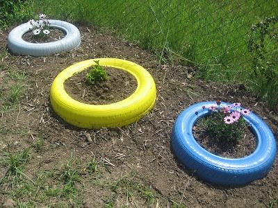 Reciclar pneus. Pneus pintados para jardim