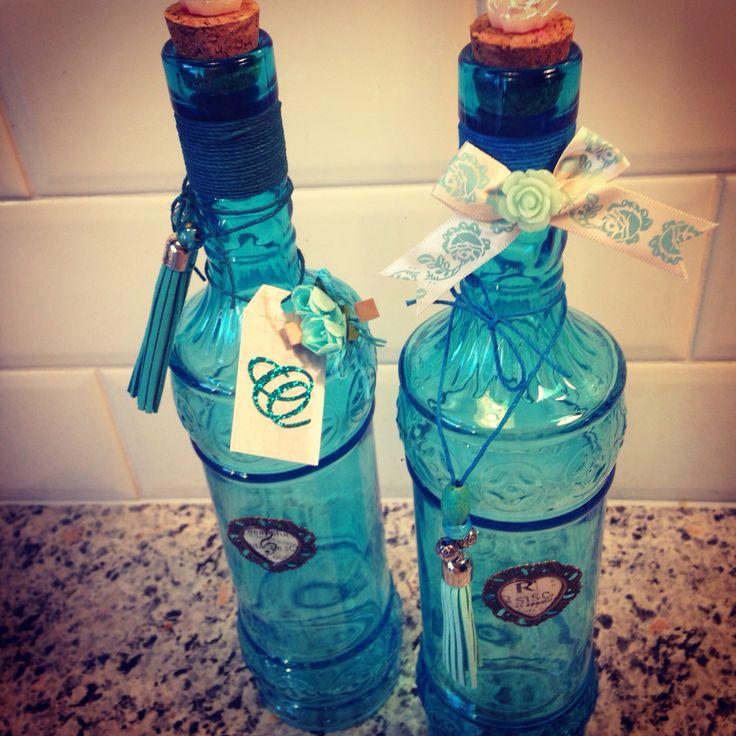 Versierde flessen in blauw tinten