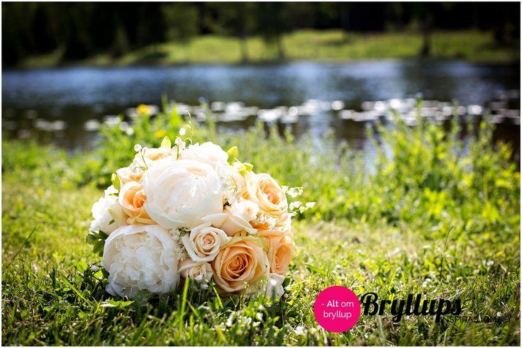 Brudebukett med ferskenfarvede roser og hvite, store peoner.