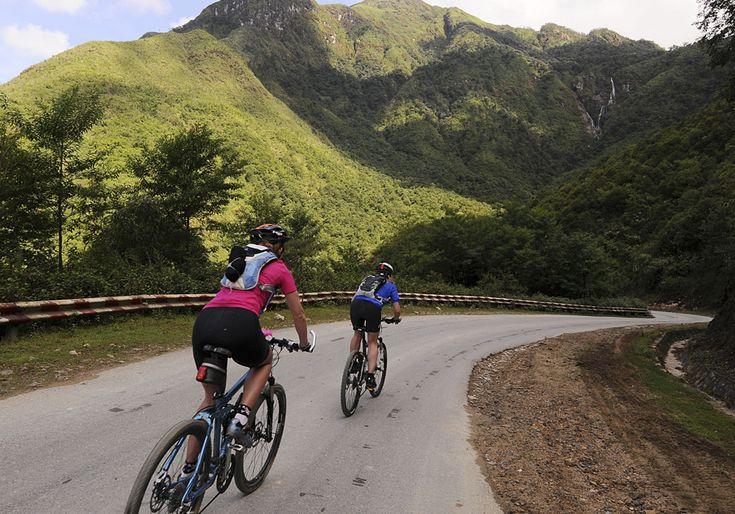 Circuit Vietnam à vélo: Explorez les merveilles de Ha Giang à vélo ! Ce voyage à vélo, concu pour les amoureux de vélo et nature, vous permet de découvrir les plus beaux sites naturels et culturels de Ha Giang, situé à l'extreme nord du Vietnam, dont le site classé par l'Unesco: Parc Géologique de Dong Van. Le niveau de difficulte de cet itinéraire est exigeant par contre ca vaut largement l'effort.