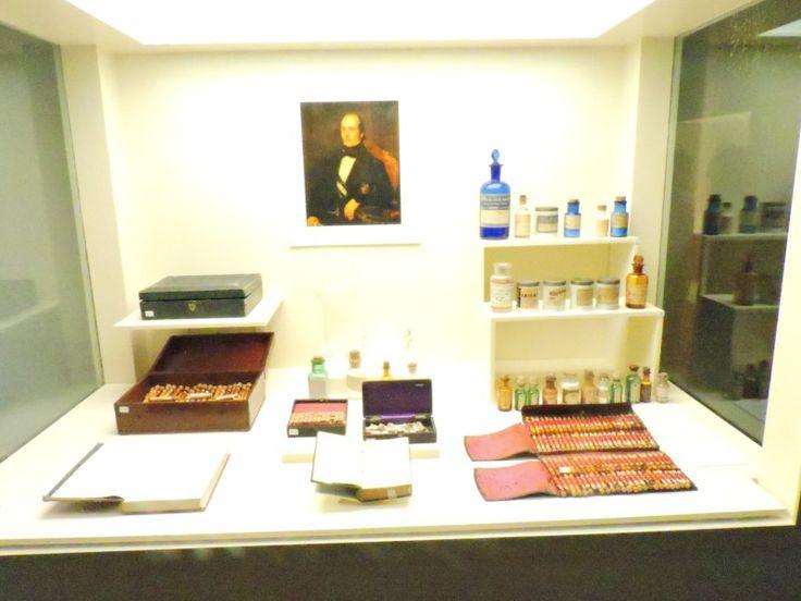 Museo Homeopatía - Vitrina con el retrato de D. José Núñez Pernía y diversos…