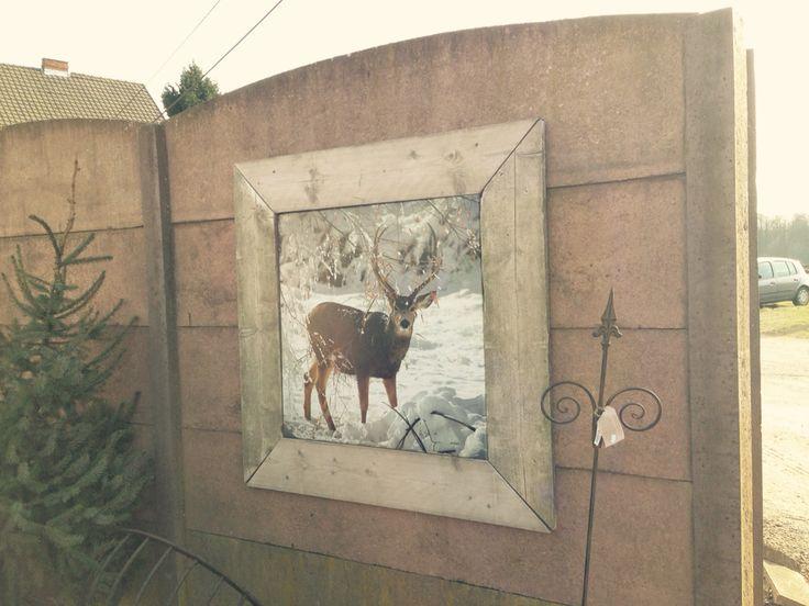 Grijze platen verven, houten kaders maken en dan weersbestendige foto's erin. Makkelijk om te wisselen naargelang het seizoen of een bepaalde gebeurtenis.