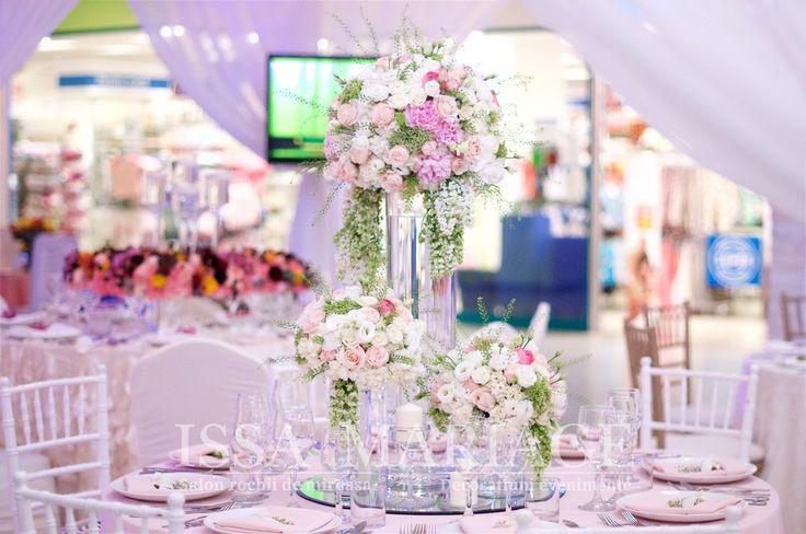 Decor nunta scaune chiavari si buchete flori roz si alb IssaEvents 2017