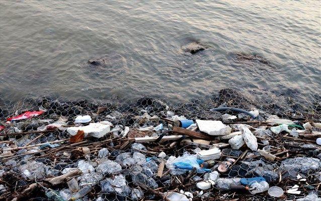 Έως και 2,4 εκατομμύρια τόνοι πλαστικών καταλήγουν στους ωκεανούς από τα ποτάμια κάθε χρόνο | naftemporiki.gr