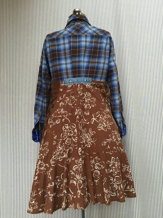 Recyclé bleu marron à carreaux flanelle Gypsy Duster avec grande poche Appliqué et quelques accents de Jean, Tout coton.  Forme de robe a un 42 buste  Taille l  Mesurés à plat  21 aisselle à aisselle 39 de long Taille 20 Hanches gratuits