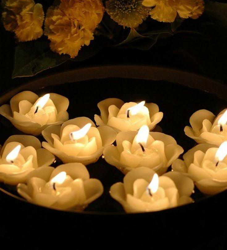 velas blancas con forma de rosas