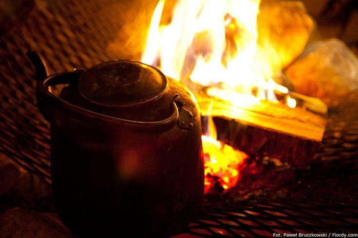 Psie zaprzęgi w okolicach Tromsø, Norwegia. Gorąca kawa w takim czajniku stojącym na ogniu to charakterystyczny widok w północnej Norwegii. #Norwegia #Tromsø #fiordy #emocjewcenie