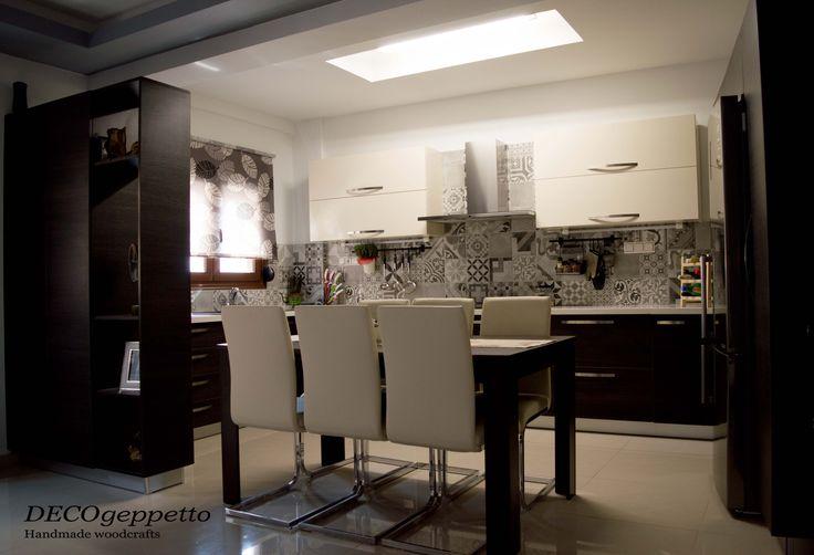 Κουζίνα σε αντίθεση σκούρας επένδυσης wenge και γυαλιστερής λευκής λάκας