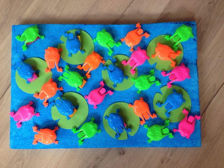 Traktatie: Plastic kikkers bij de Action gekocht. Piepschuim plaat blauw geverfd. Lelie bladen van groen hobby karton. Maoam blox op de 'vijver' geplakt en er een kikkertje overheen gezet.