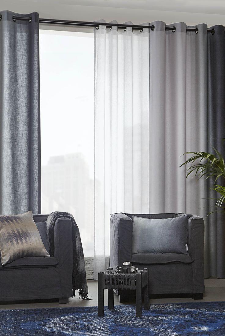 Gordijnen uitgevoerd met zwarte ringen en roede zijn stijlvol en stoer tegelijk! Basic inbetween gordijn (Maran 43 - grijsblauw) met gordijn (Dusk 04) met kleurverloop van licht naar donker denim. A House of Happiness.