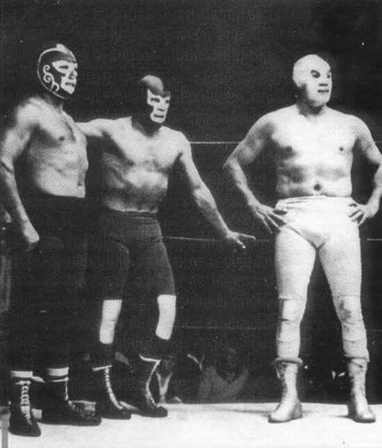 De izquierda a derecha, Huracán Ramírez, Blue Demon y El Santo.