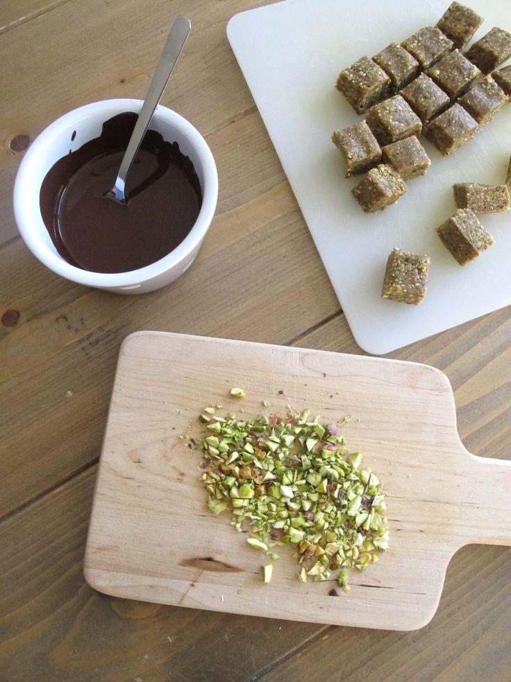 Hei i fredagen! I dag har jeg laget noe helt fantastisk godt! Jeg tør påstå at dette er noe av det beste snopet jeg har smakt! Pistasjenøtter har en mild og nyyydelig smak og passer ypperlig til sjokolade og annet søtt. Disse pistasjekubene smaker som karamellfugde og er dekket med mørk sjokolade. Jeg har bruk denne sjokoladen rundt, men du må gjerne bruke rå sjokolade også. Desto bedre og mer næringsrikt! Det beste med denne er at den er laget på null niks, og den krever bare 6…